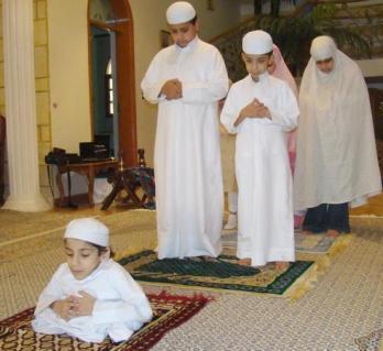 تصاوير زیبا و تکاندهنده از نماز خواندن درشرایط دشوار