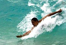 شناکردن اوباما و دخترش برای جلب توریست  عکس