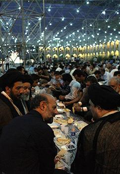 افطاری در حرم امام (ره) با حضور سید حسن خمینی  عکس